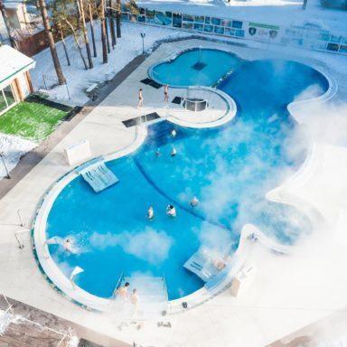 Открытый бассейн зимой на горячих источниках