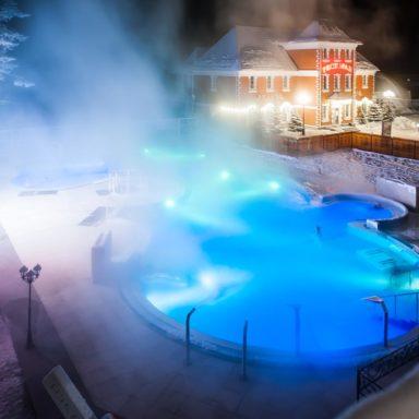 Открытый бассейн зимой на термальных источниках
